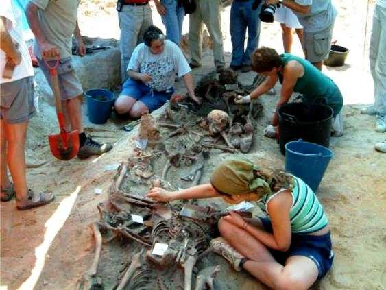 Un equip d'arqueologia forense en acció