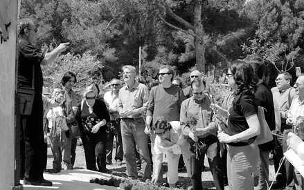 Els presents dipositaren flors al monument que recorda les víctimes de la repressió feixista