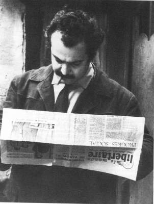 "Brassens llegint ""Le Monde Libertaire"""