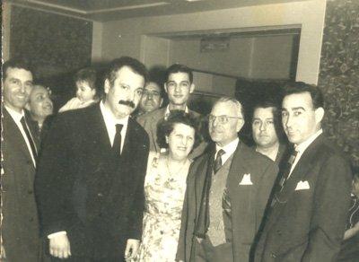 """Brassens amb militants de la Federació Anarquista als bastidors de la """"Mutu"""" (Palais de la Mutualité). Hi cantà de franc regularment per fer costat """"Le Monde Libertaire"""""""