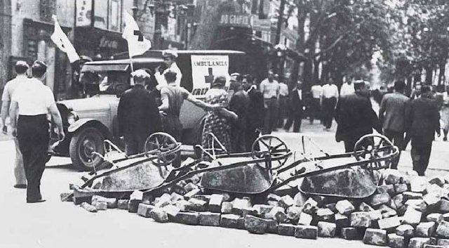 Una ambulància i barricades en un altre punt de la Rambla