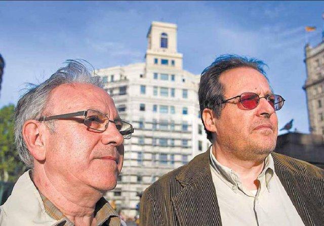 Ferran Aisa i Ferran Gallego, a la plaça de Catalunya davant l'edifici de Telefònica on començaren els fets