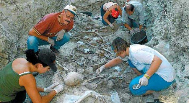 Un grup d'arqueòlegs treballant en una fossa de la Guerra Civil al municipi palentí de Baltanas