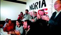 Promotors de la plataforma a favor de Núria Pòrtulas --amb el micròfon, el futbolista Oleguer Presas, entre Tortell Poltrona i Carles Canut i darrere de Josep M. Terricabras i Gabriela Serra--, ahir a Barcelona
