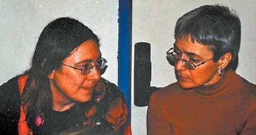Yael Langella, amb la periodista Anna Politkòvskaia, a qui acompanyava en les seves visites a Barcelona